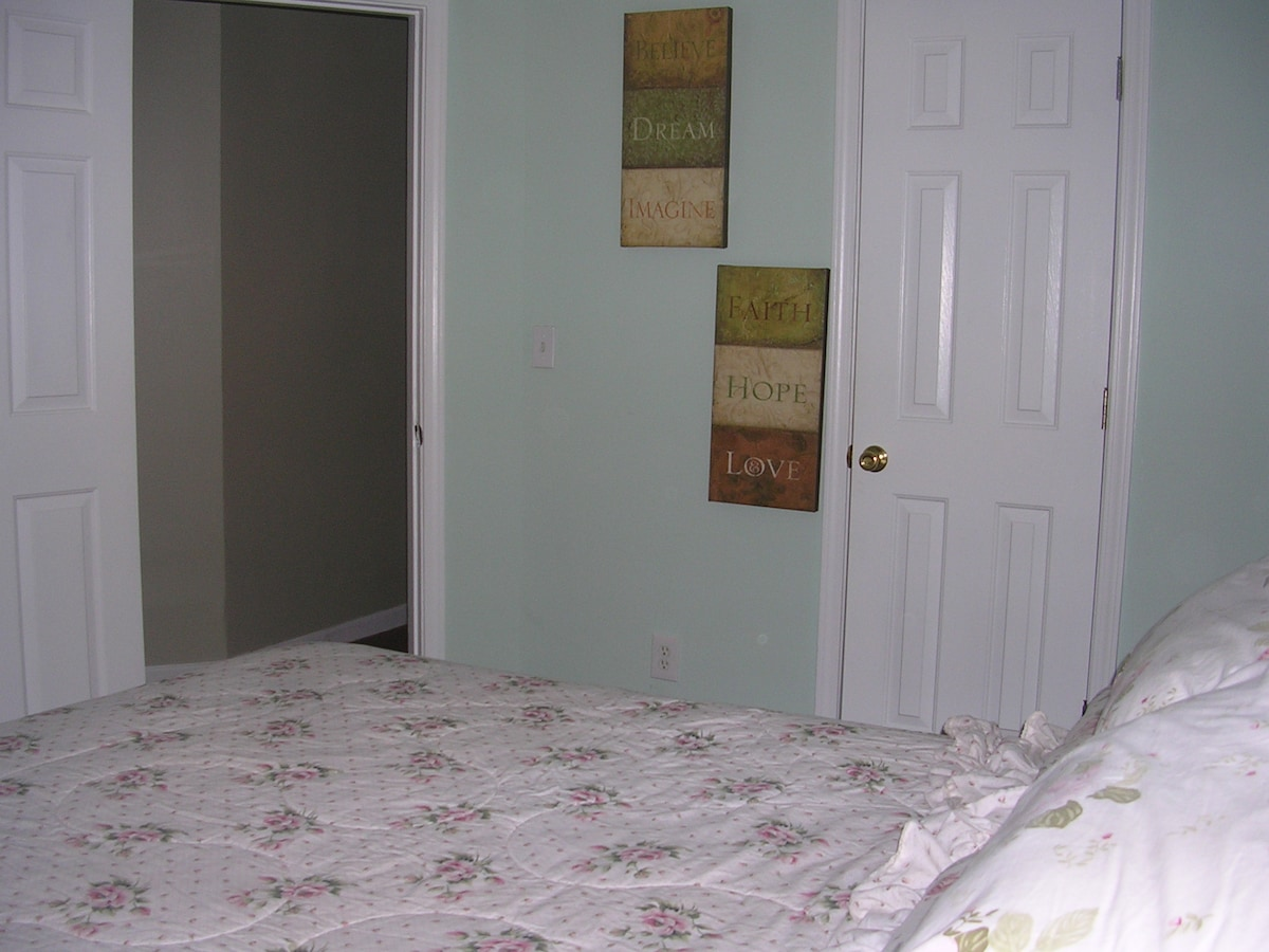Clean Room, Queen Bed, Pool & Wi-Fi
