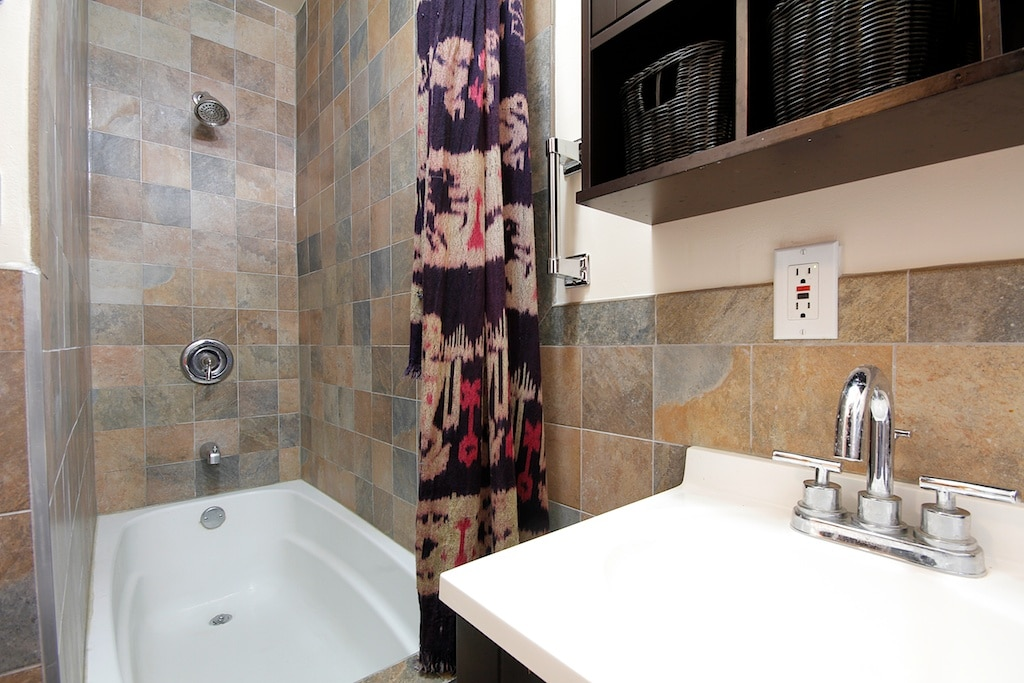 Full bathroom, small but everything you need is here.
