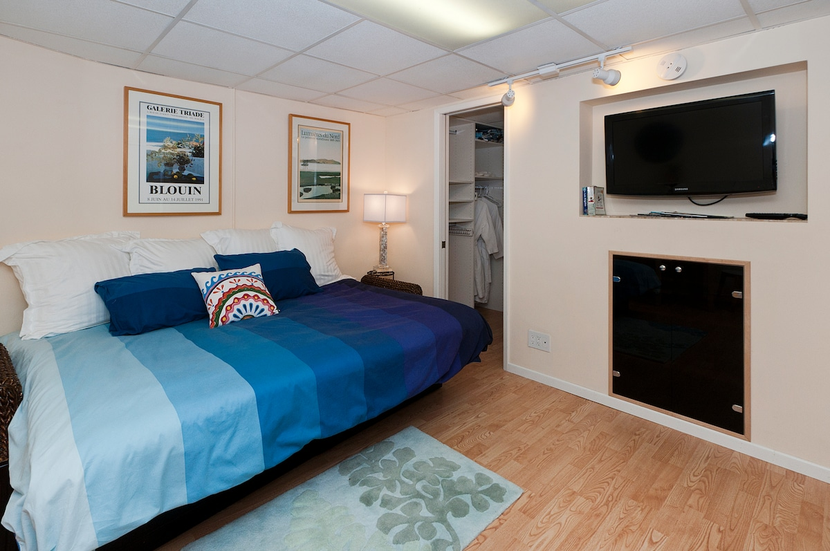 Good Vibe Private Split Level Garden Studio With Real Queen Mattress That Can Also Convert To a Couch