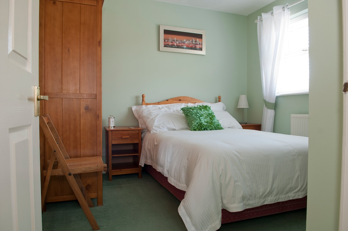 Comfortable, clean and quiet room with small double bed!