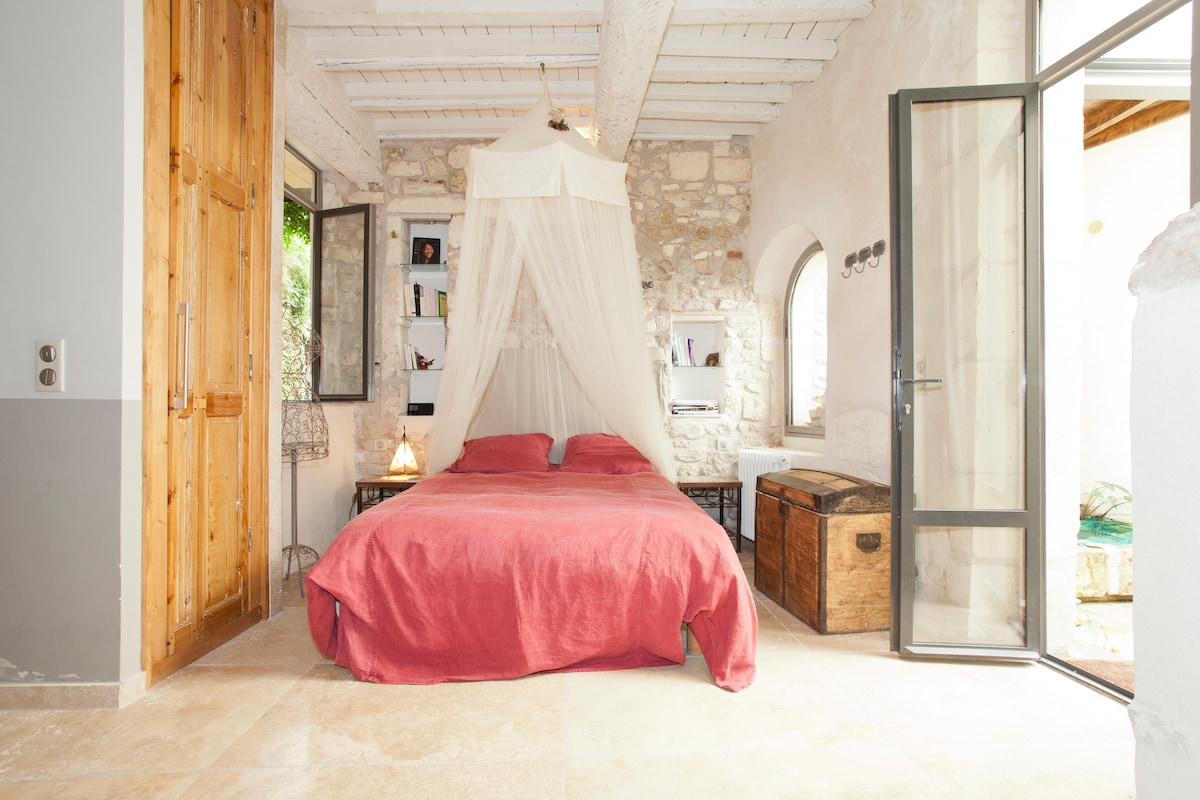 Le lit en 160 cm (king size) et matelas à mémoire de forme