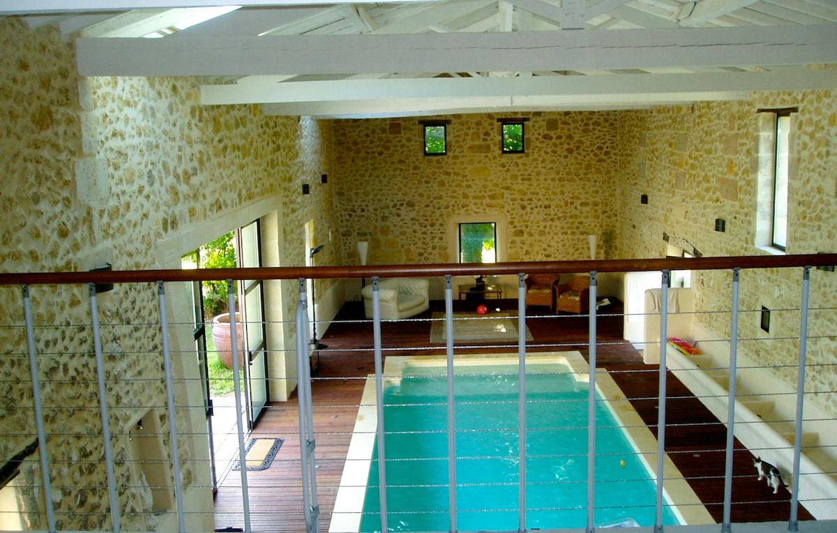 Mezzanine et billard surplombant la piscine couverte et chauffée toute l'année