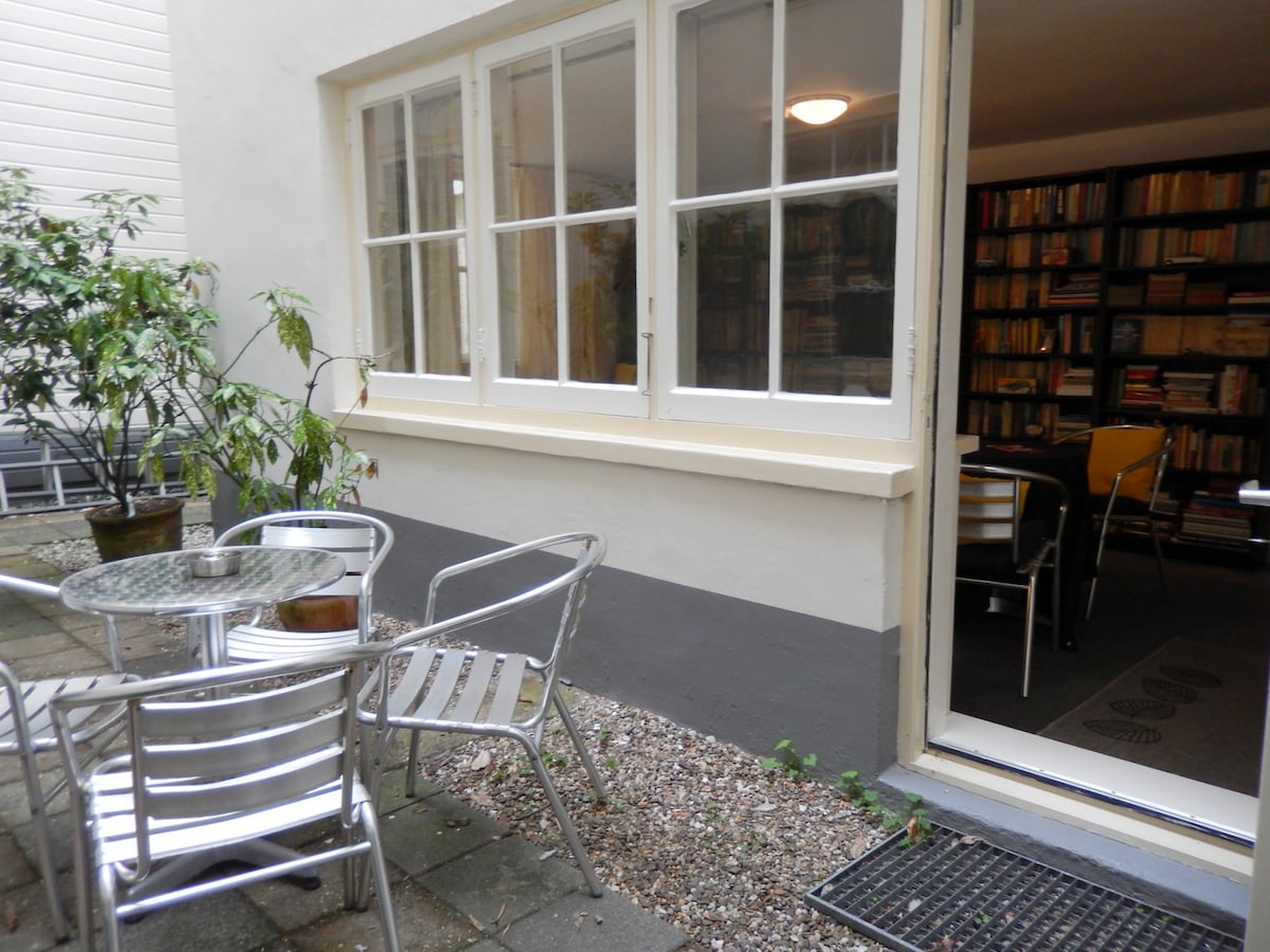 Access to a private patio where you can sit outside with a view on the Achterhuis........