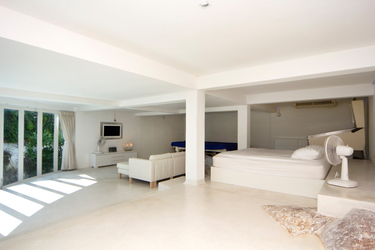 80 sq mt ground floor self contained garden apartment with spectacular ocean and tropical garden views