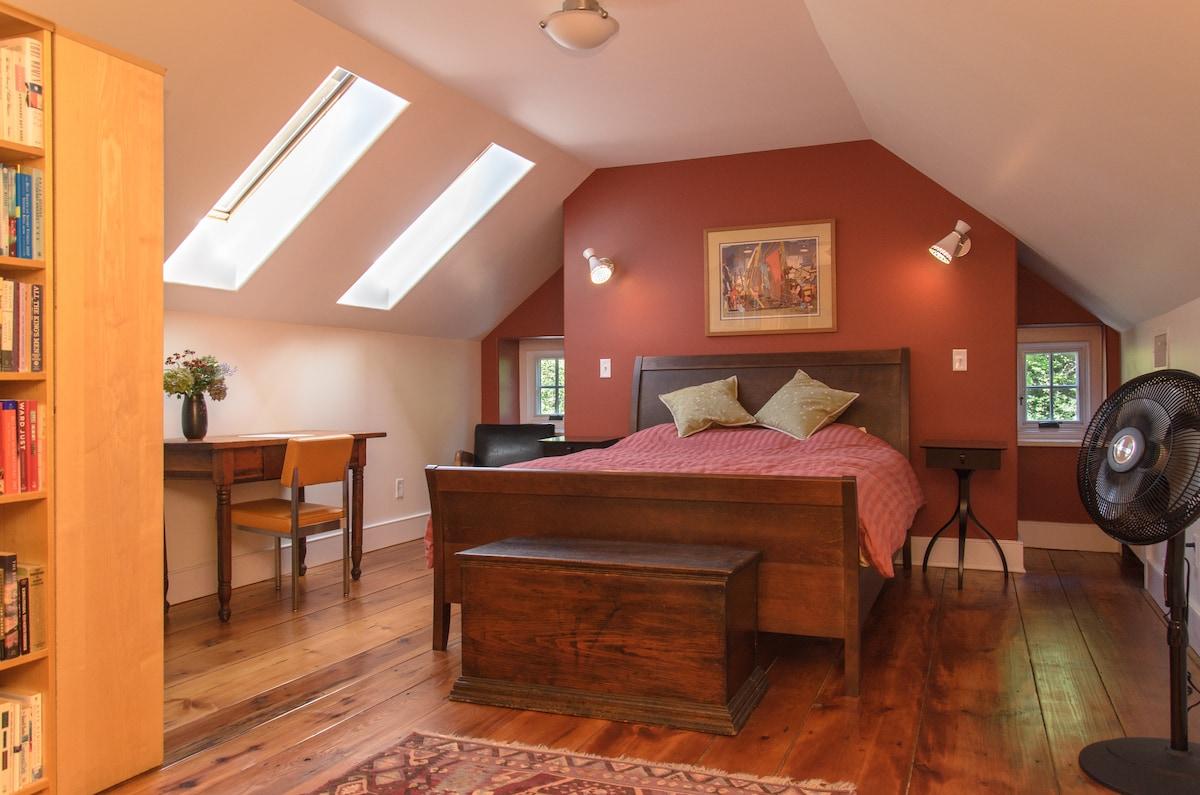 Loft bedroom (queen bed, bath)