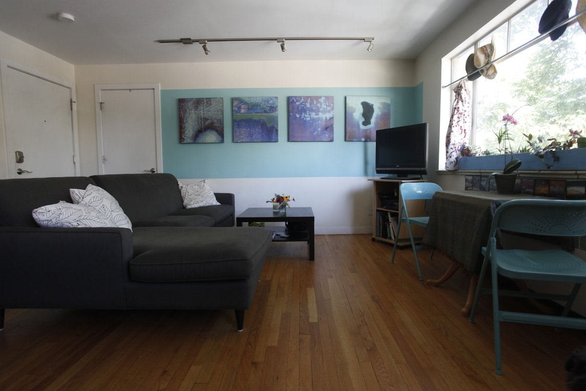 """Sunny living room with 32"""" TV"""