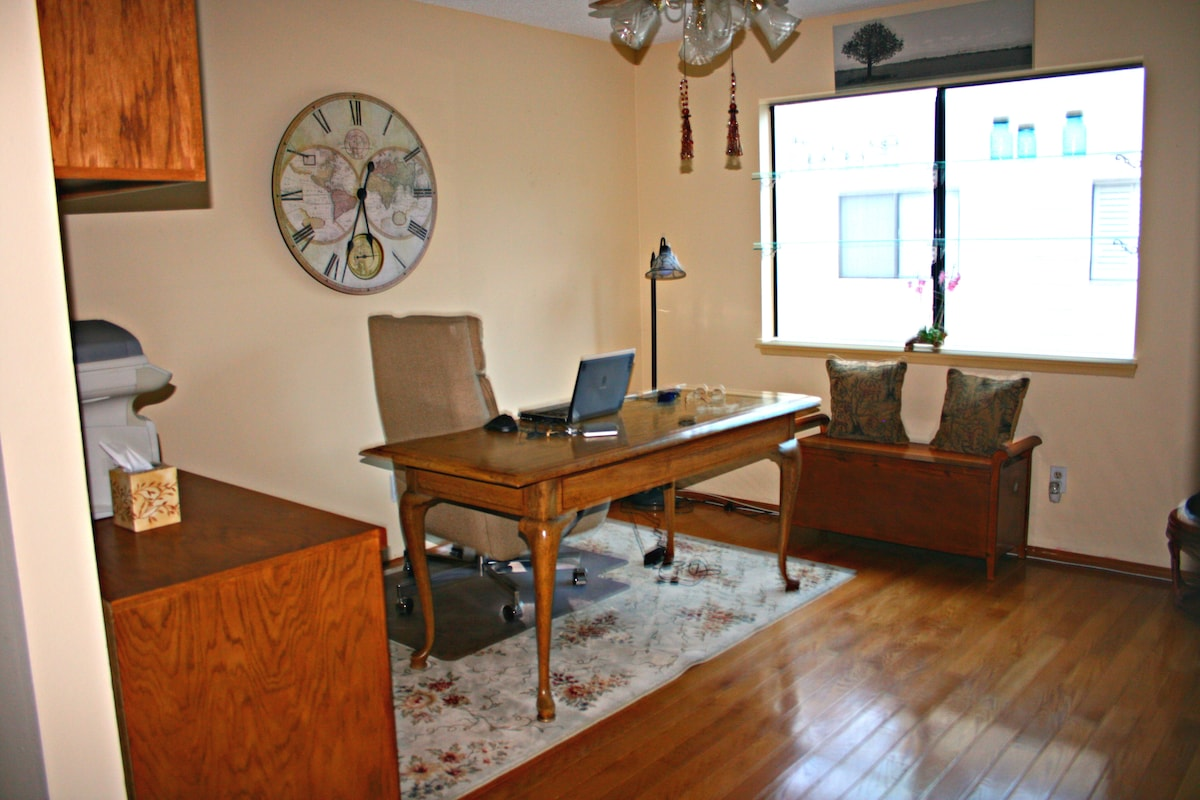 Office area. Includes use of Fax, Printer, Wireless Internet and Phone (free calls in USA)