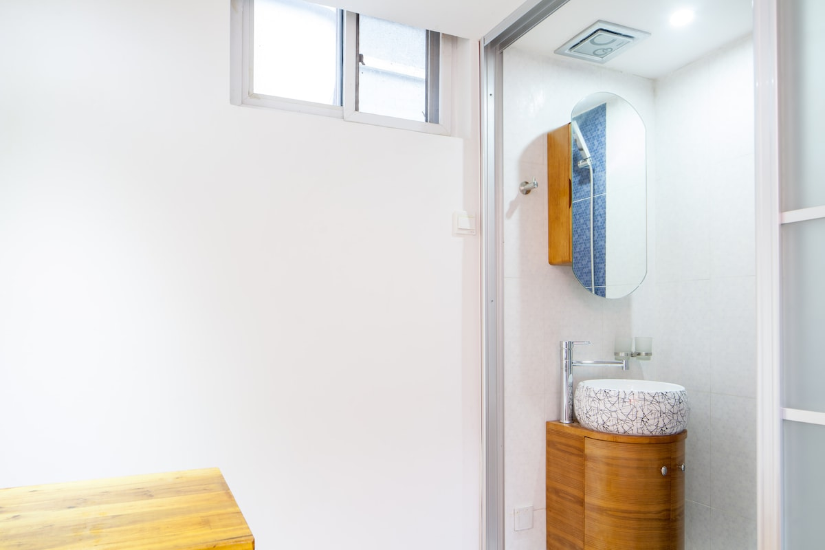 Clean modern bathroom with 24hr hot water
