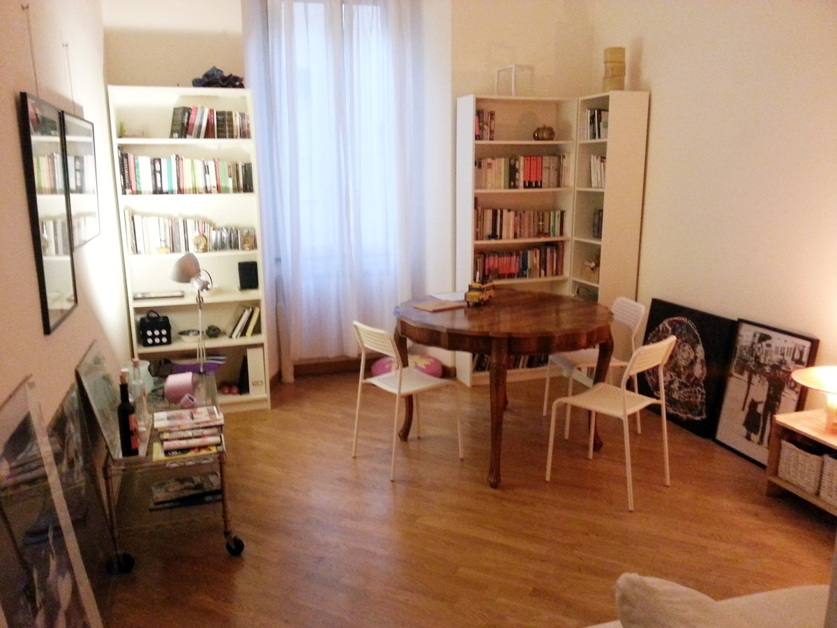 Charming apartment in the heart of Trastevere - living room in evening light