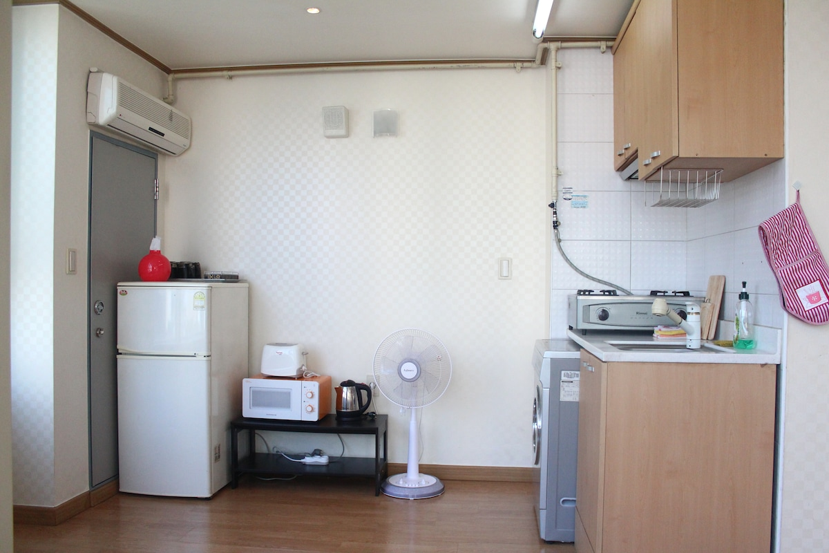Whole scene of kitchen which is comfortably arranged for valuable guests