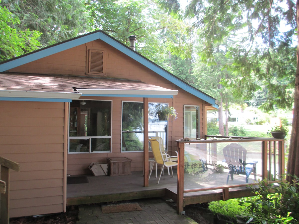 Front of cottage. Deck faces water.