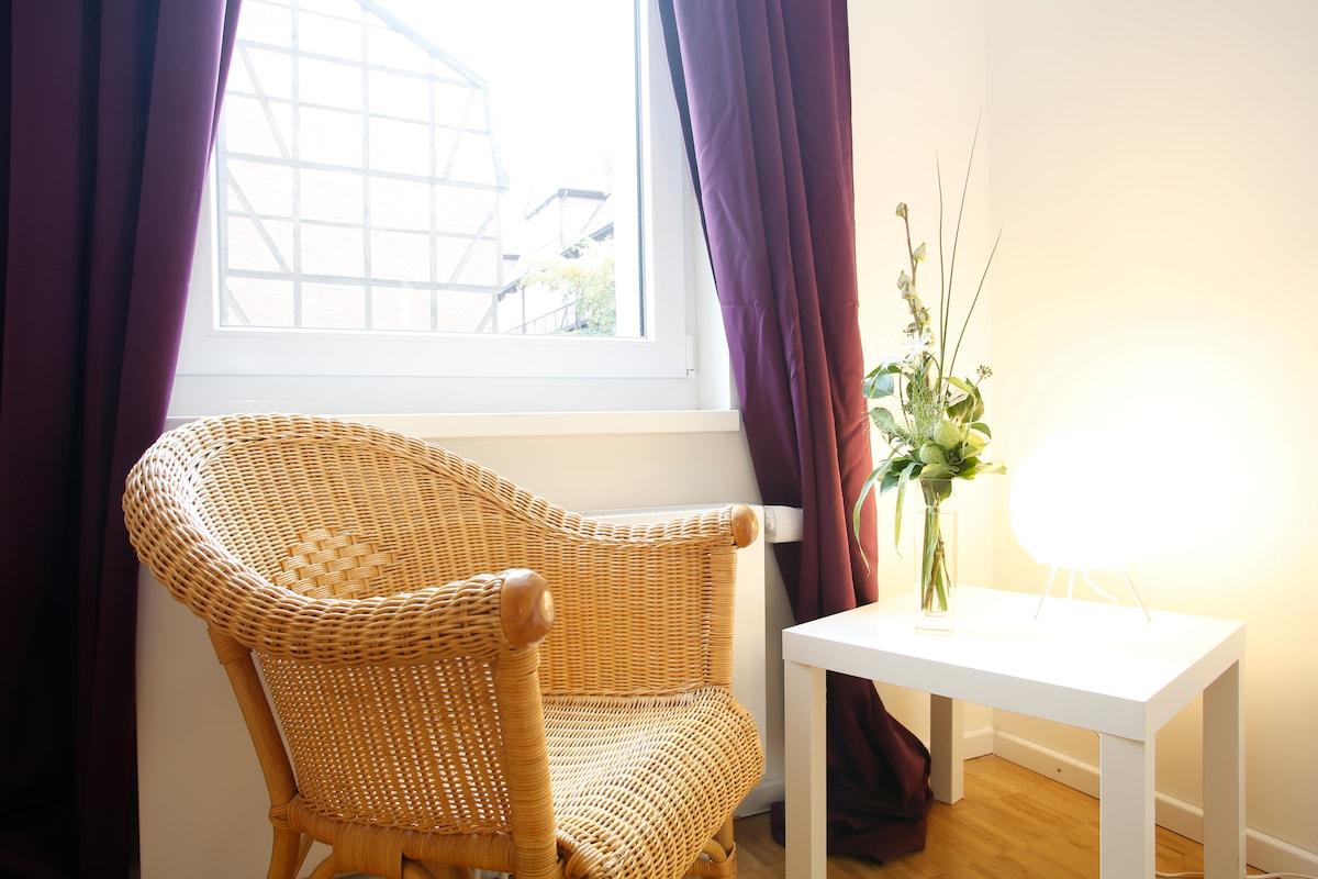 Sitzgelegenheit und Ausblick aus dem Zimmer / Chair + view from outside the room