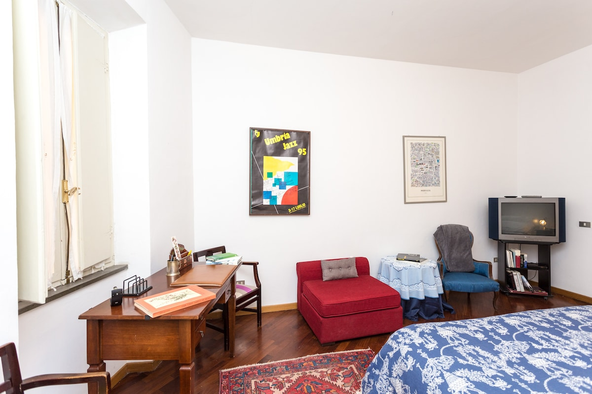 Big room with double size bed, desk,free wifi and tv