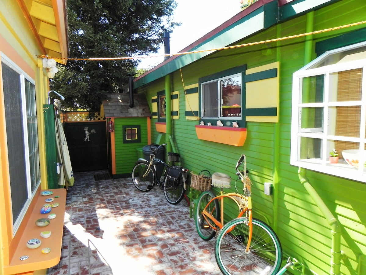 This side of the house is all yours complete with a clothes line for hanging up your swim suits after a day at the beach and yes, you are welcome to borrow our funky beach cruisers to go exploring. =)