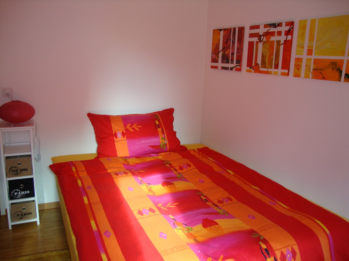 Queen size bed and very comfortable -  Sehr bequemes Bett 160x200cm...