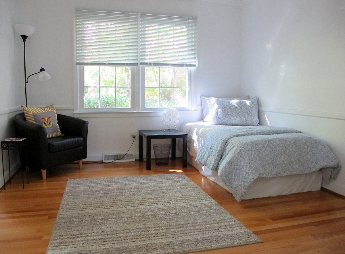 Sitting area with spare twin bed