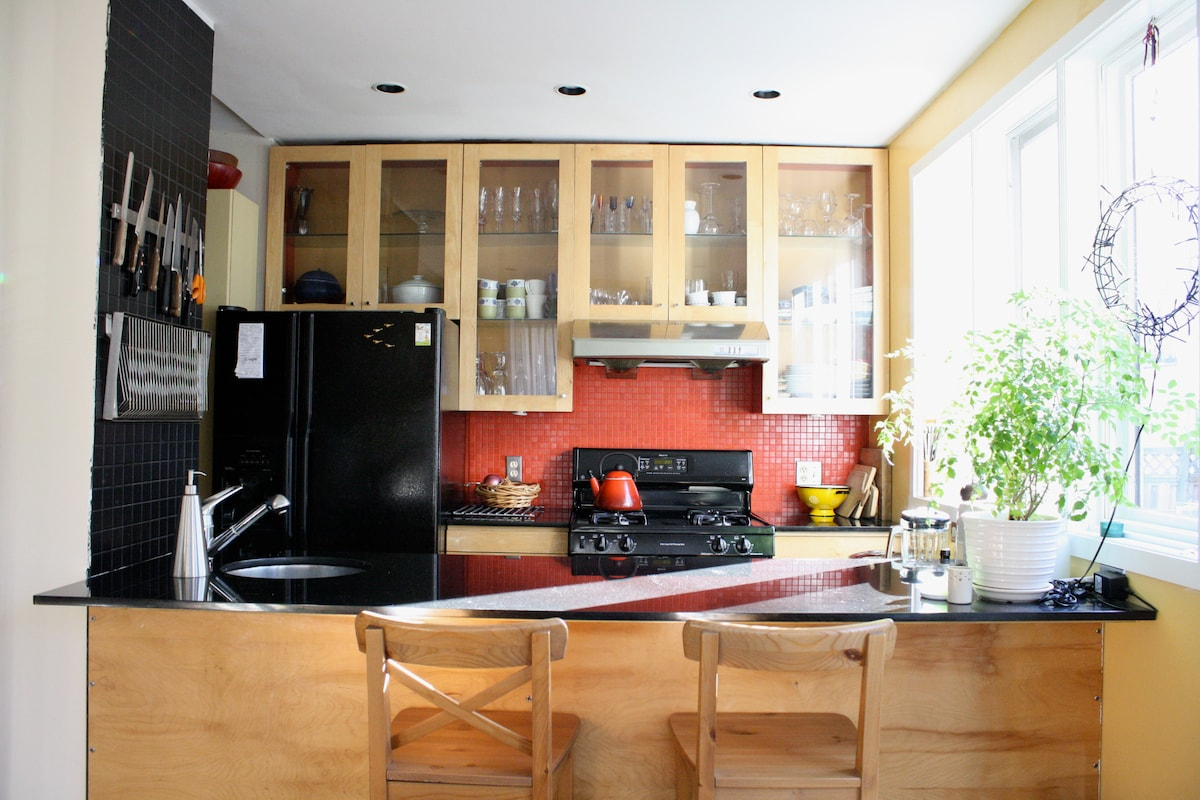 Bright kitchen and breakfast bar.