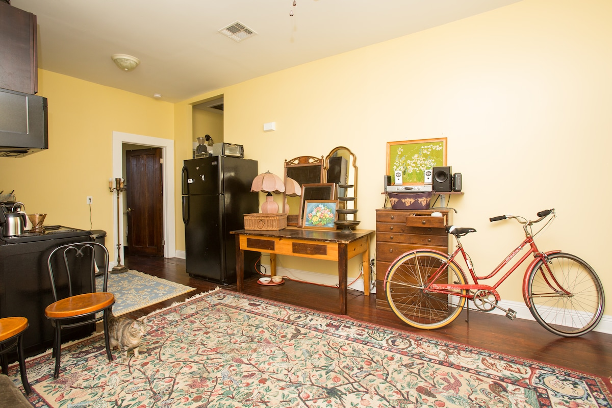 the common space with bike to borrow, and kitchen to make coffee or snacks in