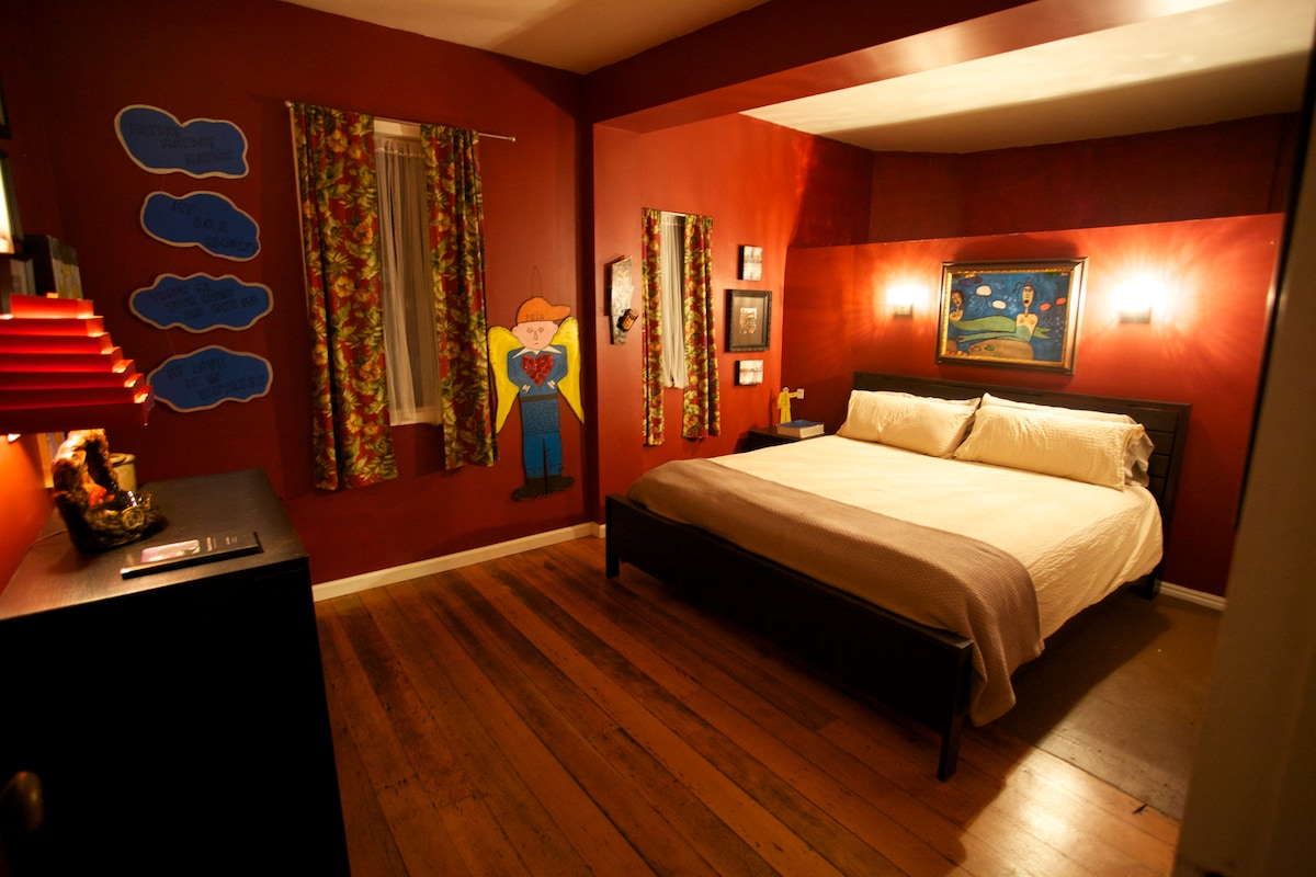 Second bedroom with king size bed.