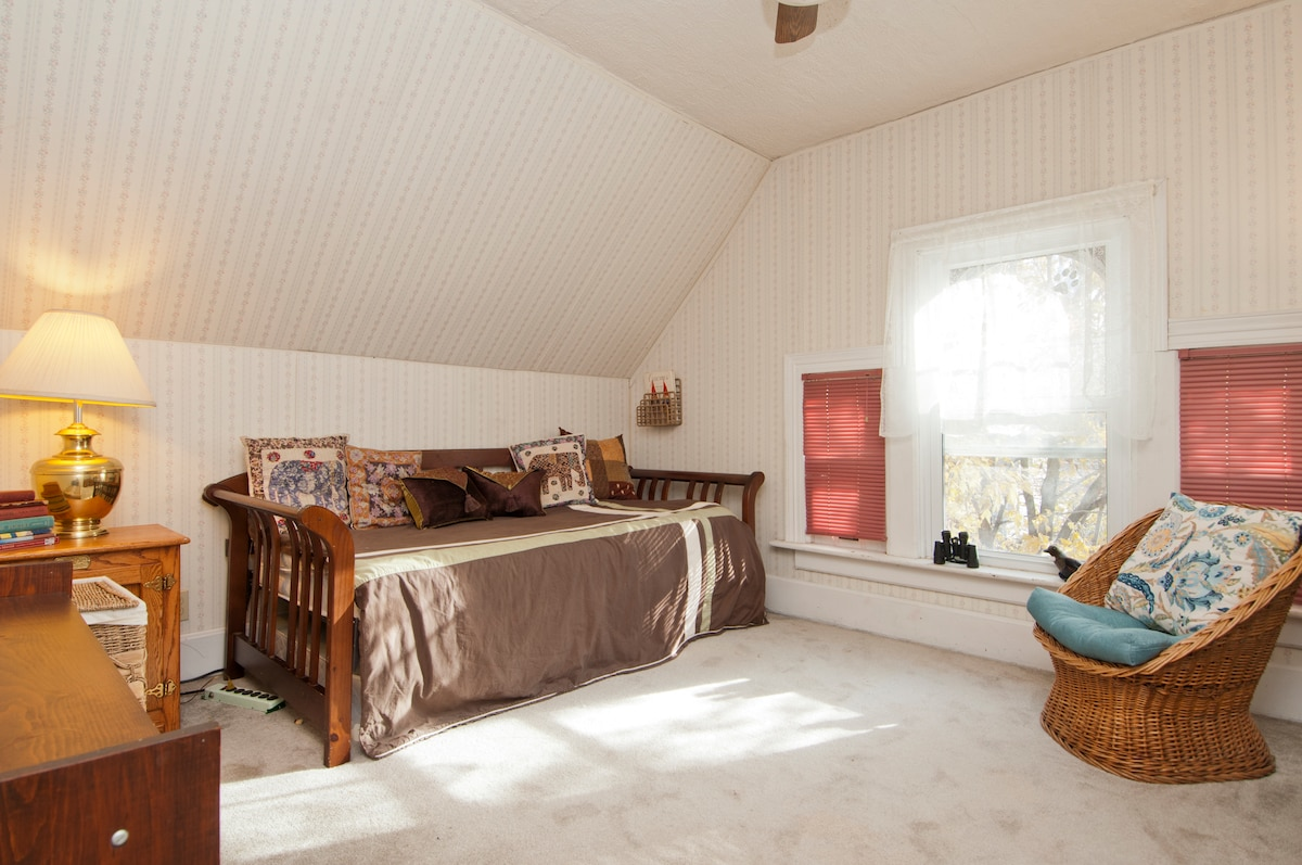 This single bedroom is comfy, bright! Good for 1, 2 or children.
