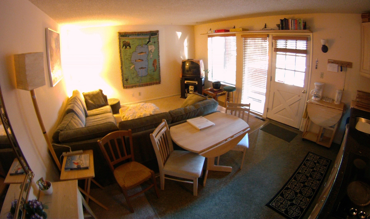 Private one-bedroom apt, fully furnished. HDMI Smart TV (no cable) but able to connect to various Apps.
