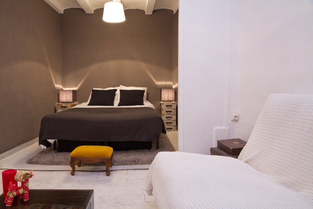 The open plan vaulted double bedroom and living space which can be segmented for more privacy.