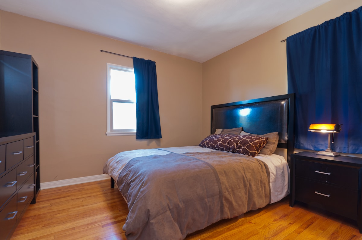 very comfortable queen bed, great natural lighting! ALSO an extra mattress available for extra guests or children. can be set up in the living room or bedroom.