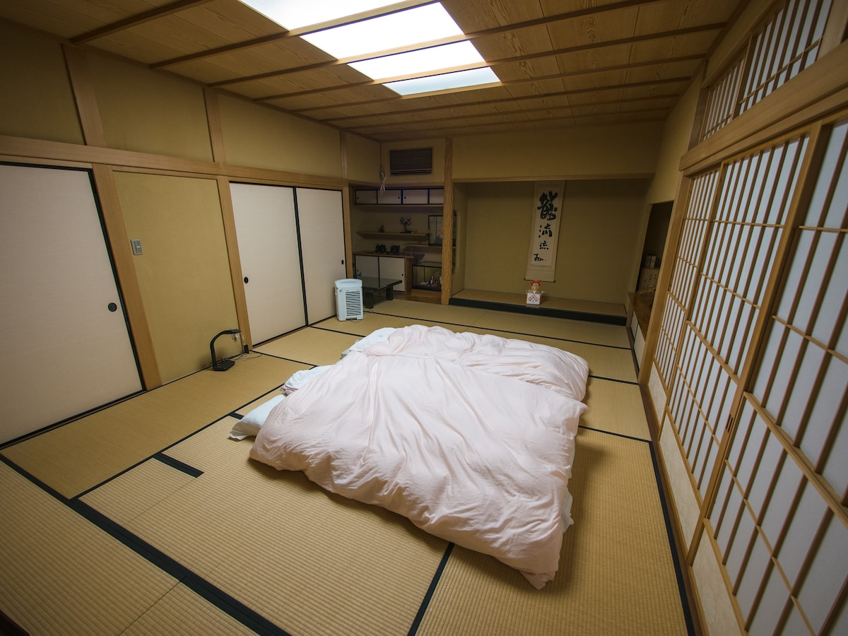 Guest room with  twin futon setup.