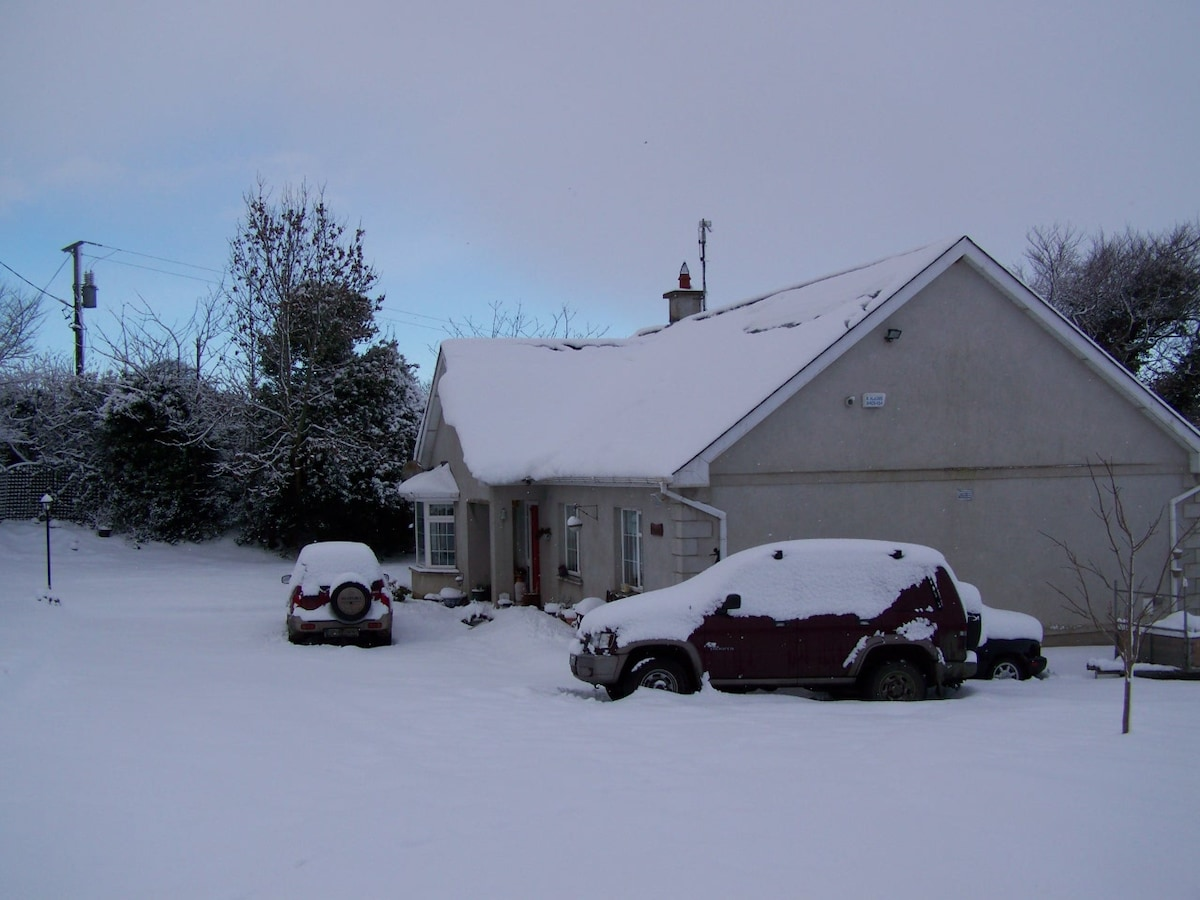 Home in the snow ! This is where you will stay.