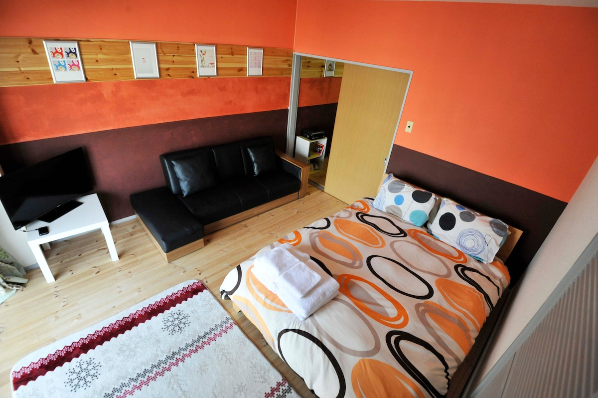 Private 1 bedroom designer apartment 5 minutes from Roppongi and Nogizaka station - double sized bed with linens and towels provided