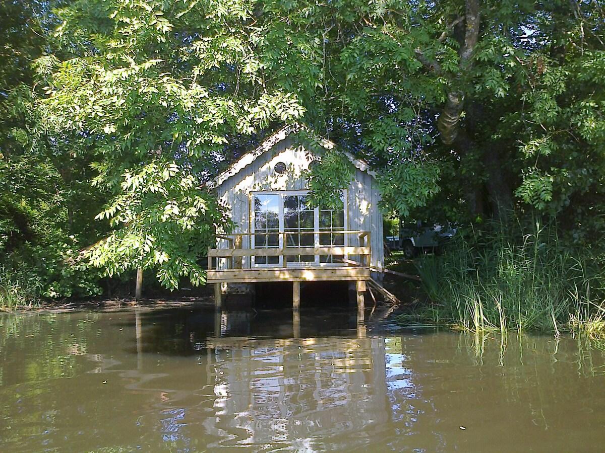 cabane sur l 39 eau couvin. Black Bedroom Furniture Sets. Home Design Ideas