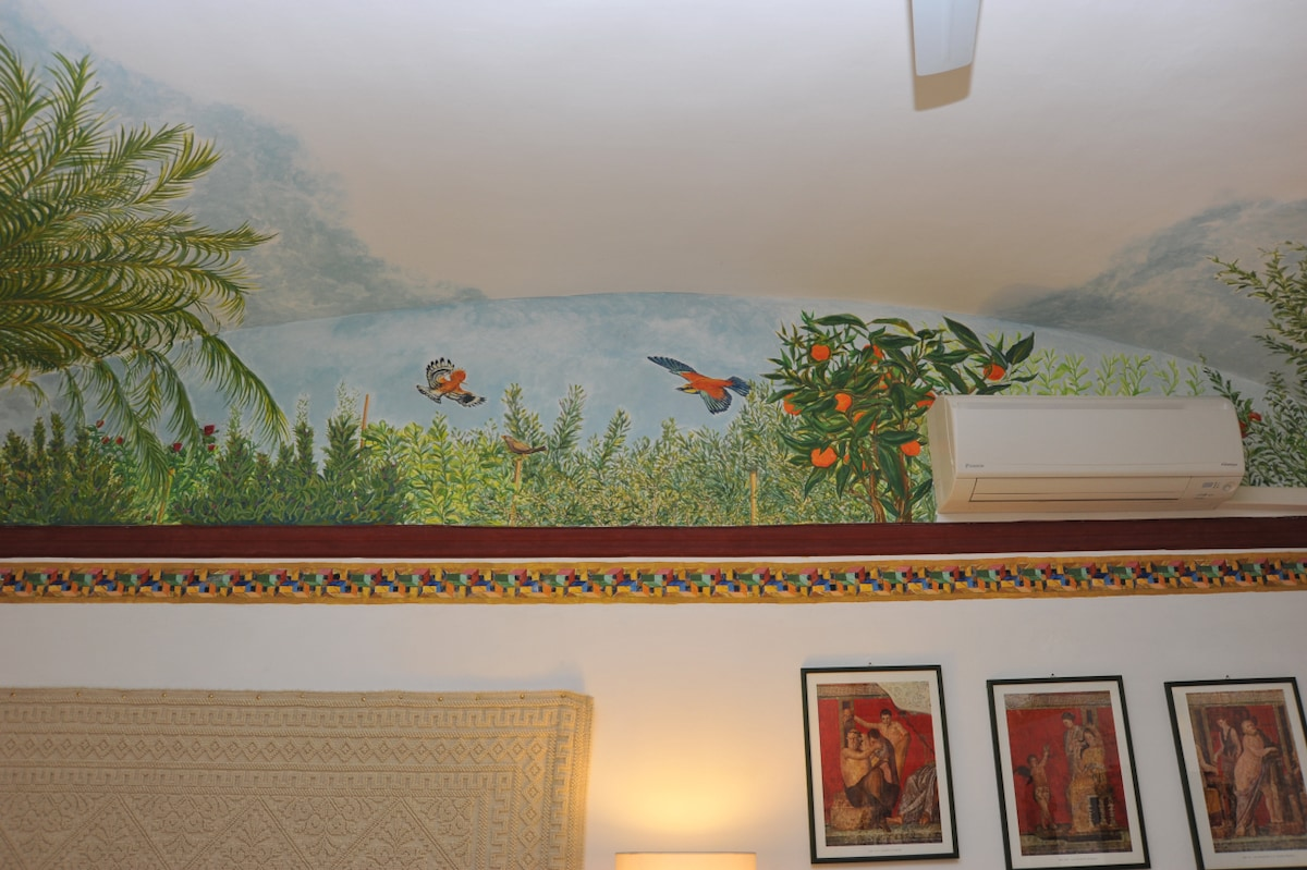 Another fresco's detail with mediterranean ornithologic species, a powerful air conditioner, a fan and a heather make your stay more comfortable all the year round