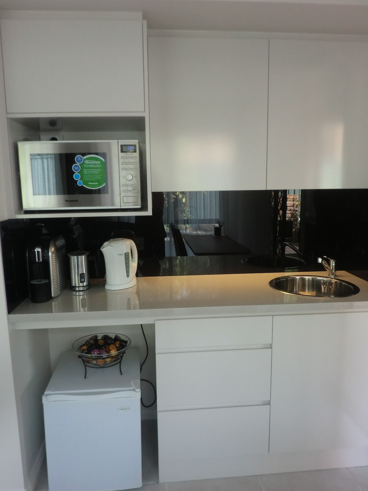 The guest area has new kitchenette, with sink, microwave, fridge,coffee machine, kettle, toaster, and everything you need to self-cater if you wish to do so.