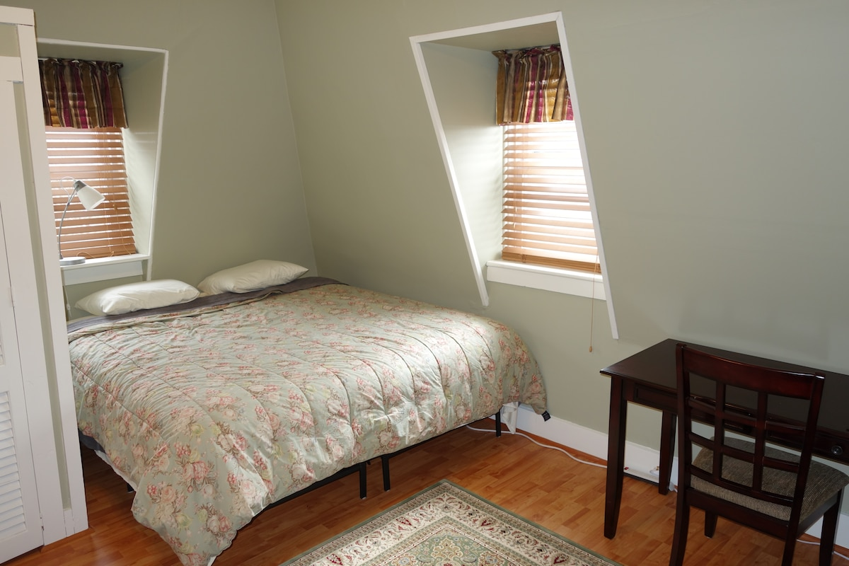 Large Newport Apartment w/ King Bed