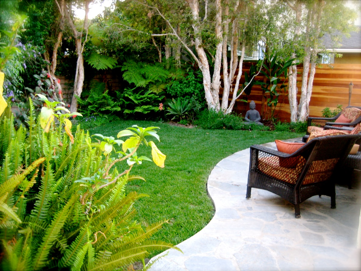 The garden is very peaceful and relaxing.