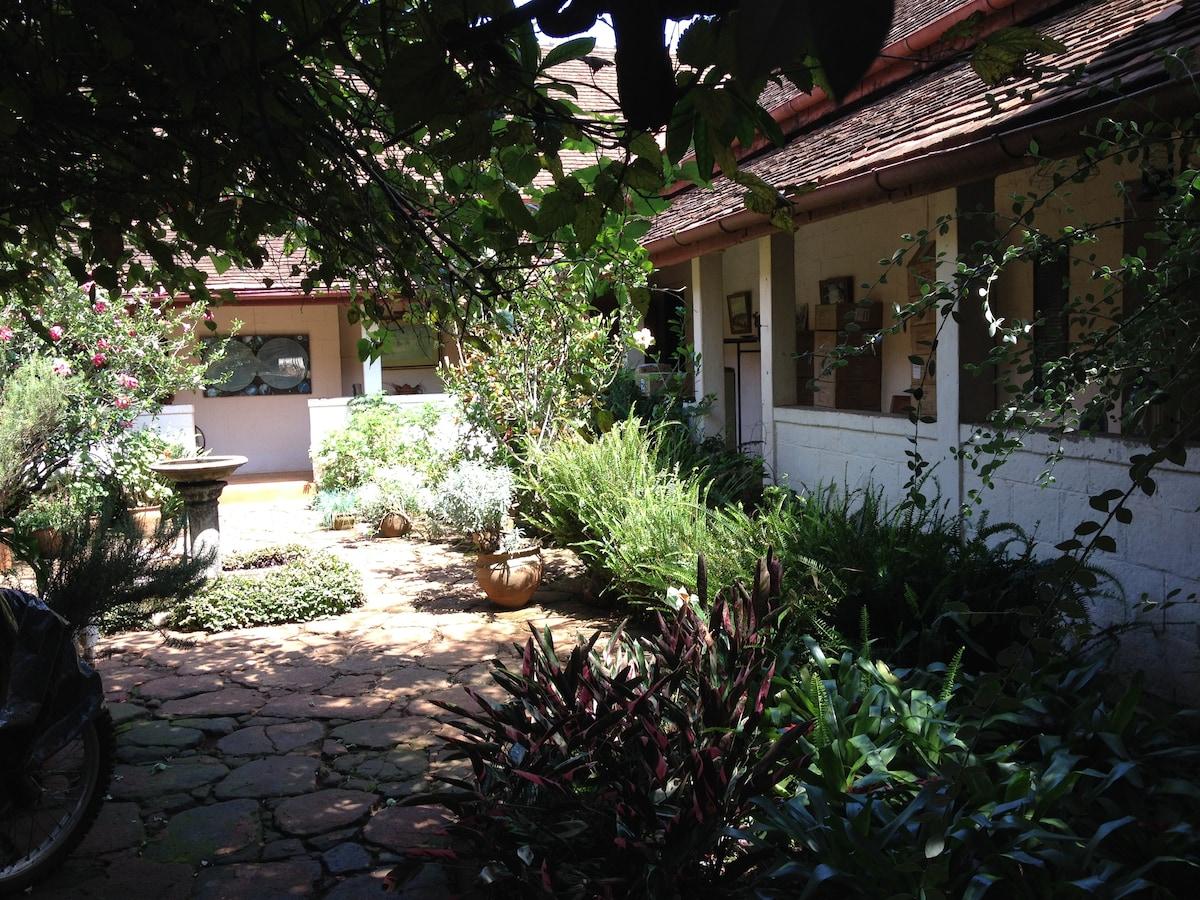 The courtyard between the bedrooms
