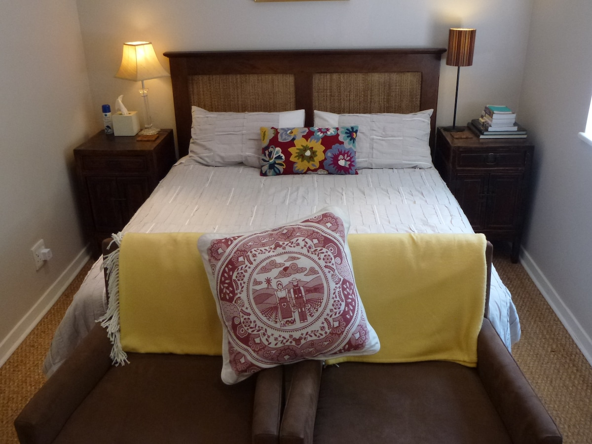 Living and sleeping area: Queen bed.