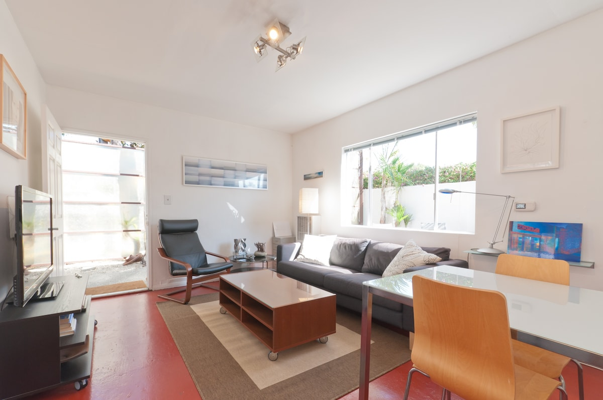 Private, gated, 1 bed - 1 bath cottage just 1-1/2 blocks to Abbot Kinney Blvd and 5 blocks to the beach.