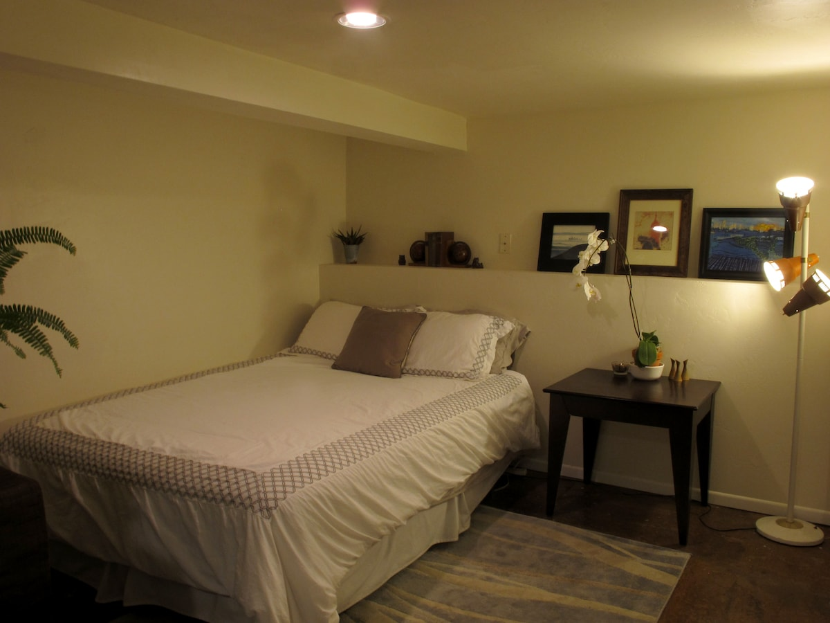 Queen Size Bed, new white duvet. The place will be ready for you when you arrive, professionally cleaned, and no personal items will be in the bathroom or bedroom.   Plenty of room to make yourself at home.
