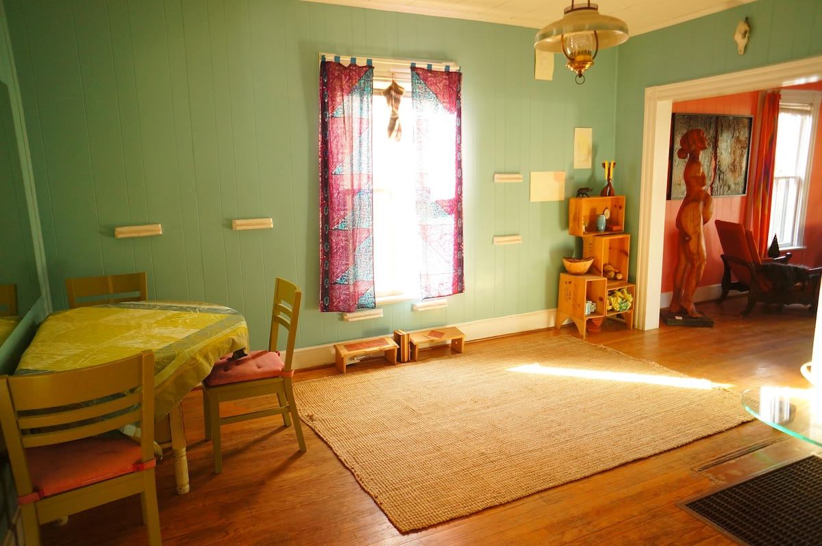 Dining room and expandable table.