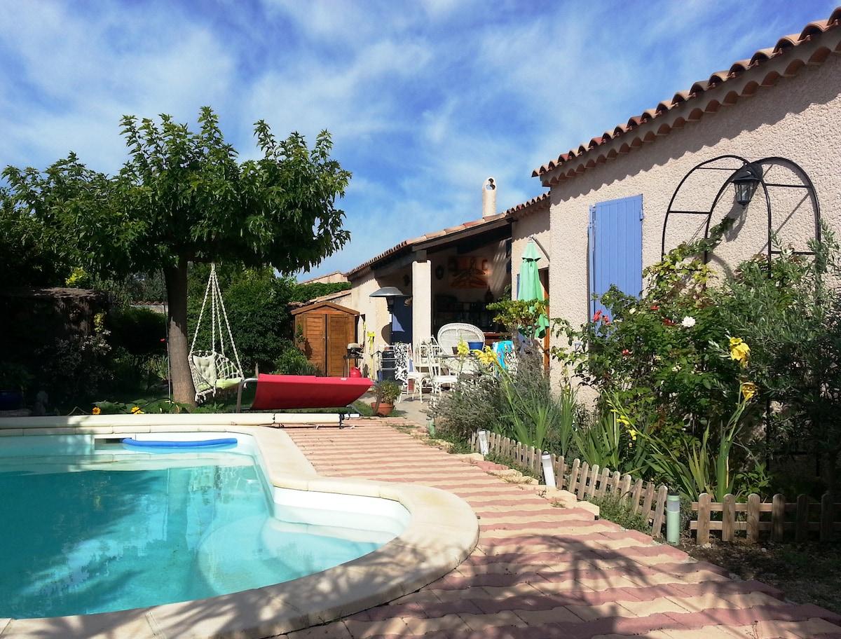 Joli jardin fleuri avec piscine / Beautiful flowered garden
