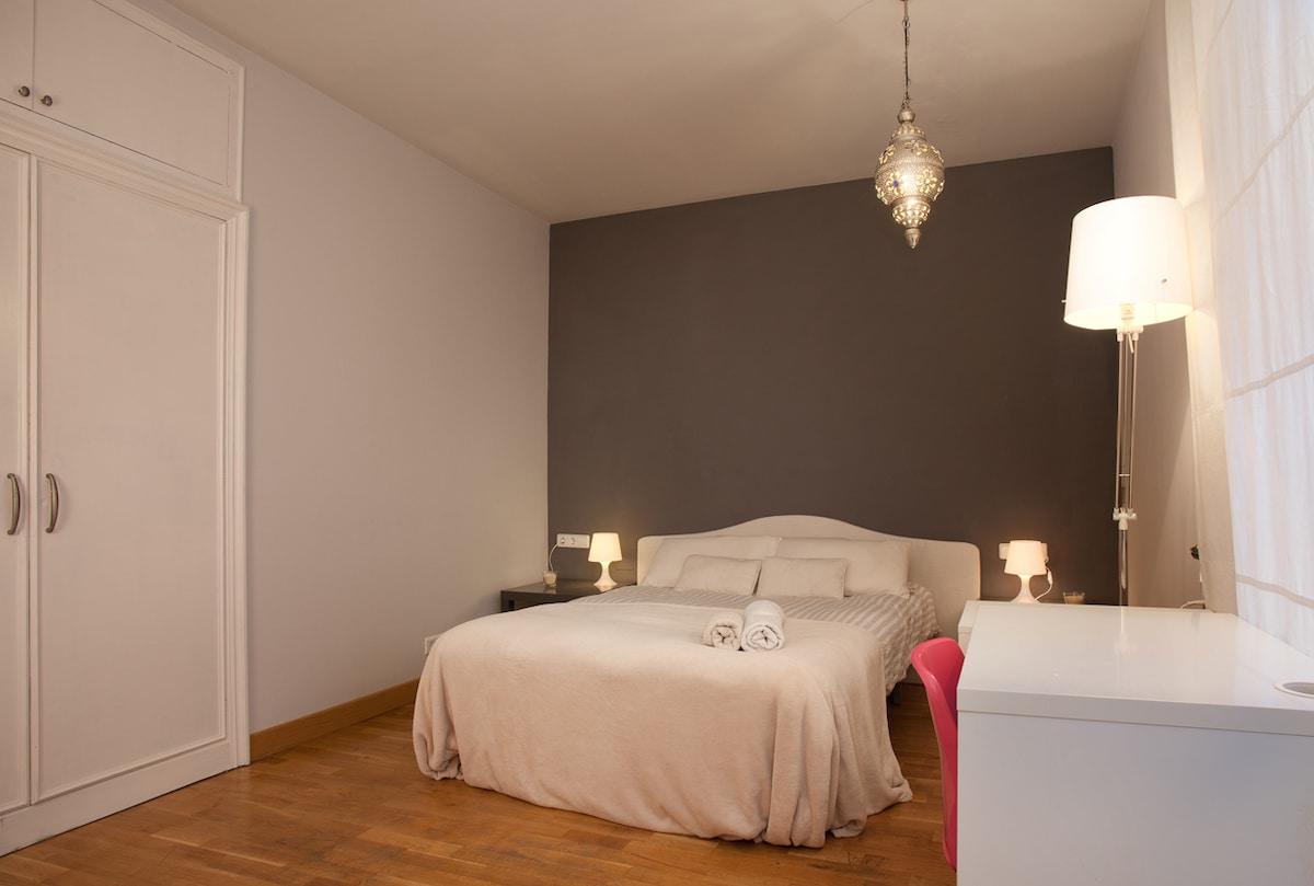 main bedroom, with en suite bath