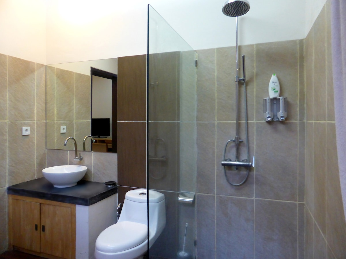 Generous bath room with hot water (gas)