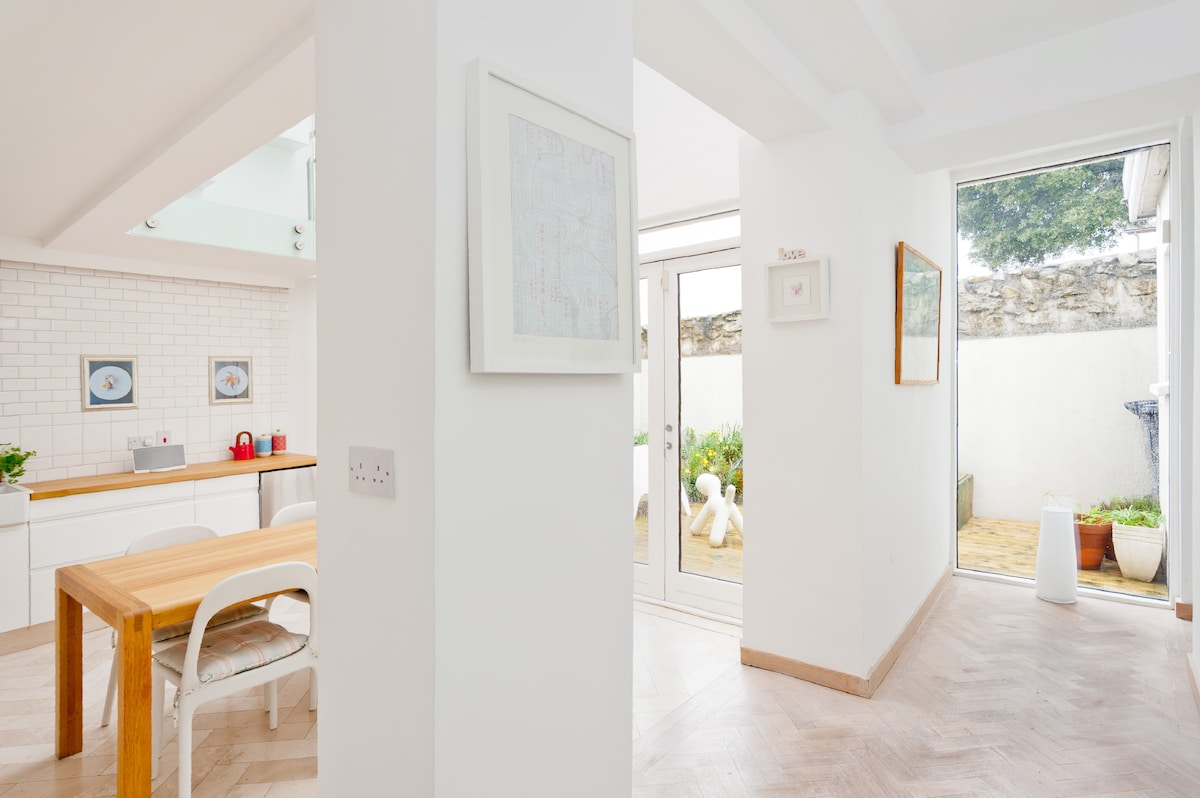Space and light, and underfloor heating in Italian limestone and oak parquet floors for comfort no matter what the weather outside.