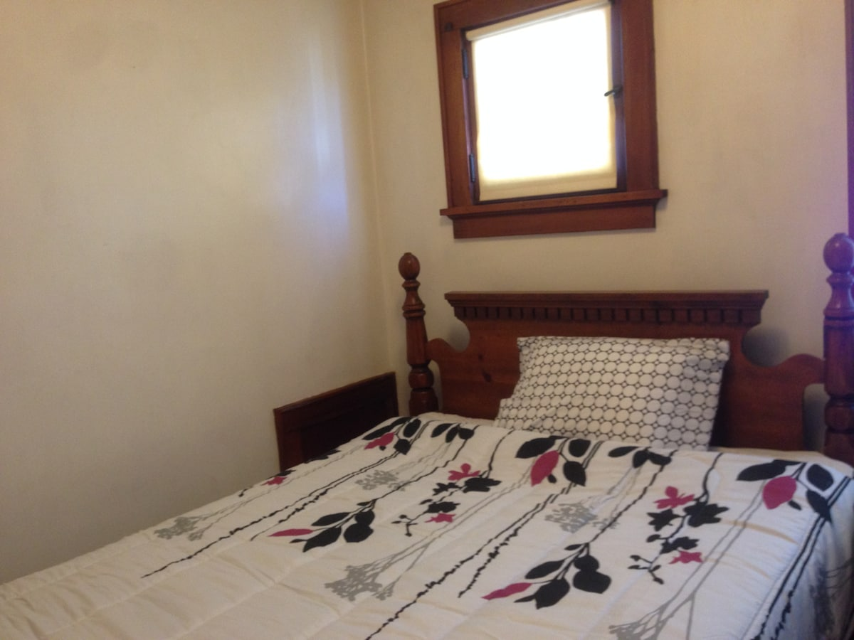 Queen size Room in a Ph.D.'s House