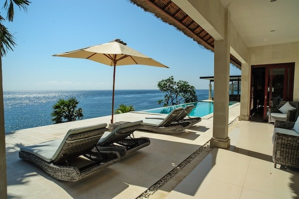 LUXURIOUS VILLA SURROUNDING THE SEA