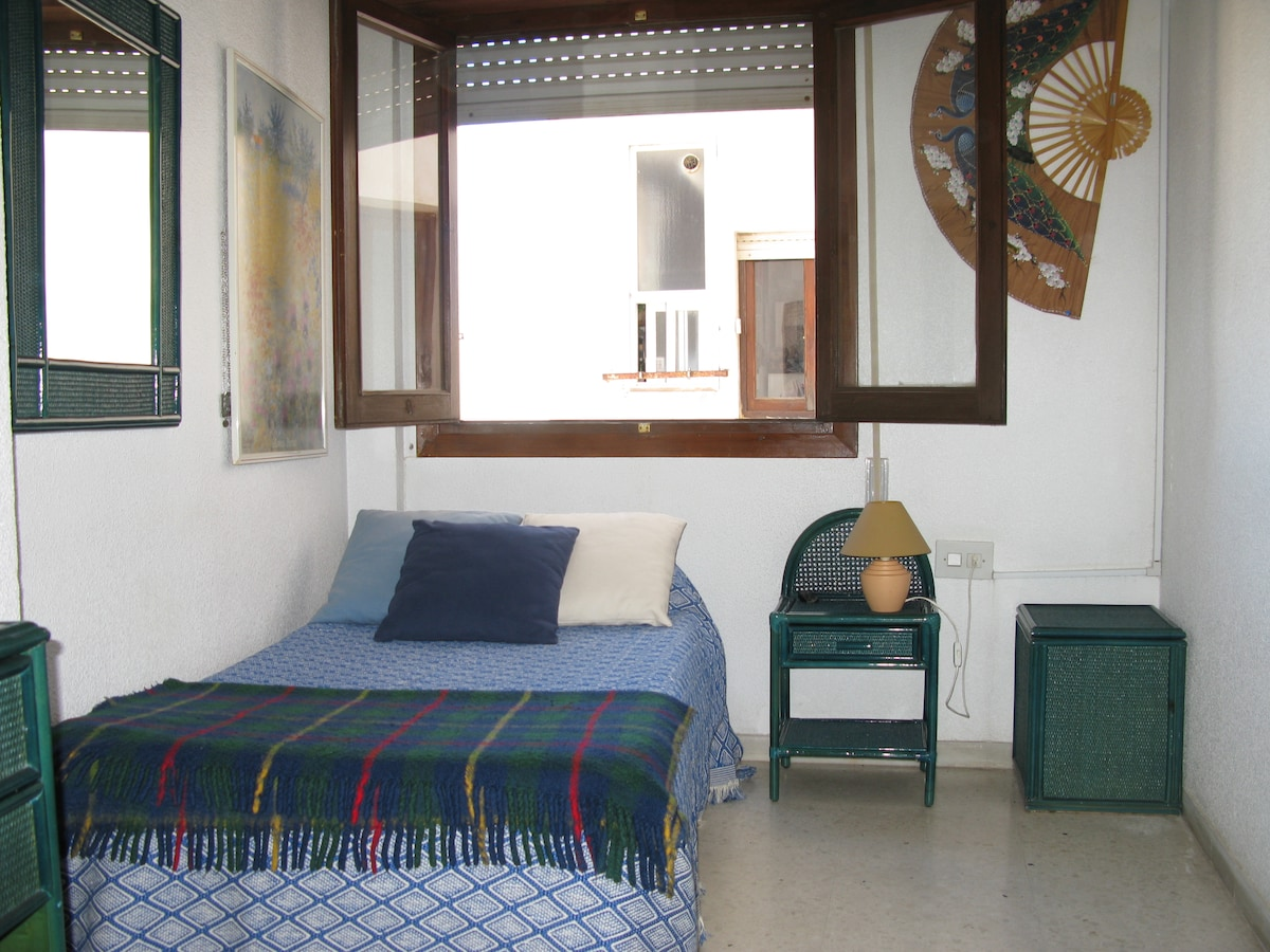 Exterior y muy luminoso. Brigth bedroom with an outside window