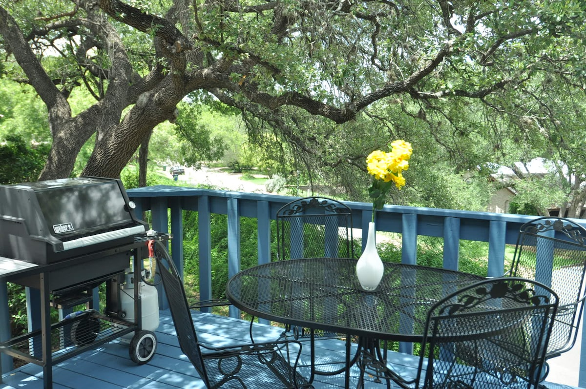 Walk to Zilker from 2BD with deck!