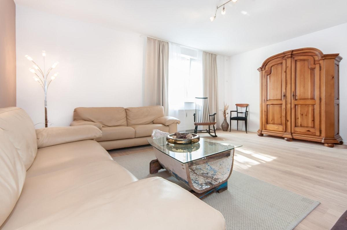 spacious living room / größzügiges Wohnzimmer