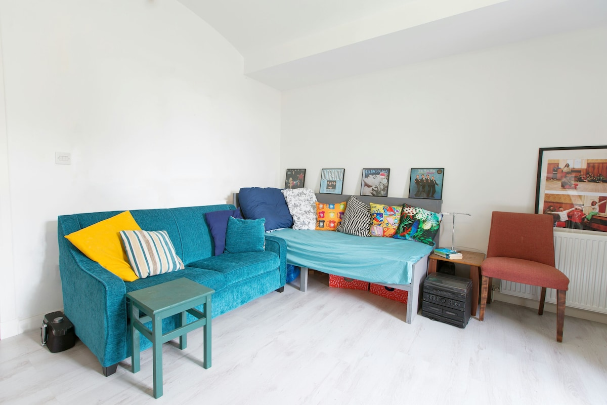 Living area, with single guest bed